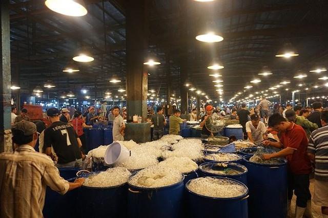 Nhộn nhịp chợ cá lóc trước ngày vía Thần tài   - Ảnh 1.