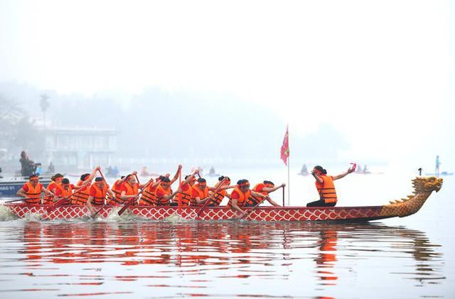 Người dân háo hức xem lễ hội đua thuyền rồng đầu tiên trên hồ Tây - Ảnh 16.