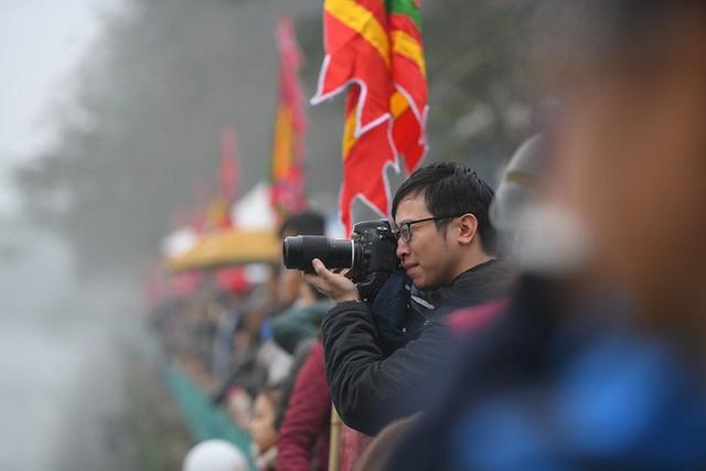 Người dân háo hức xem lễ hội đua thuyền rồng đầu tiên trên hồ Tây - Ảnh 18.