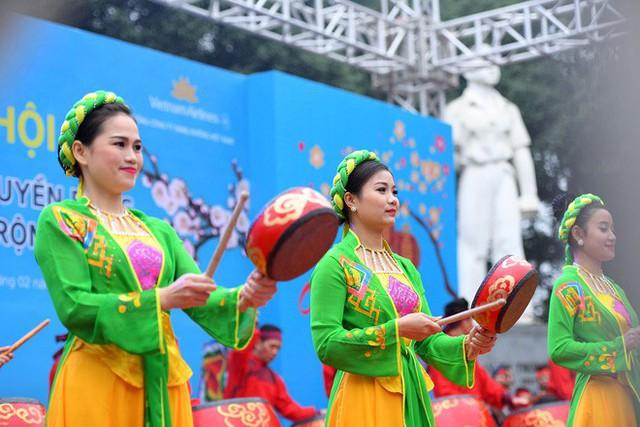 Người dân háo hức xem lễ hội đua thuyền rồng đầu tiên trên hồ Tây - Ảnh 3.