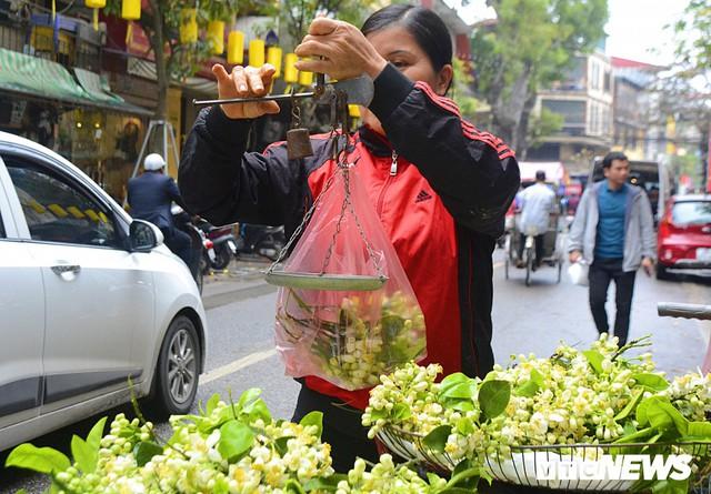 Hoa bưởi đầu mùa, giá tới 300.000 đồng/kg vẫn hút khách Hà Nội - Ảnh 5.