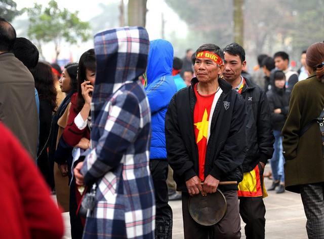 Người dân háo hức xem lễ hội đua thuyền rồng đầu tiên trên hồ Tây - Ảnh 6.