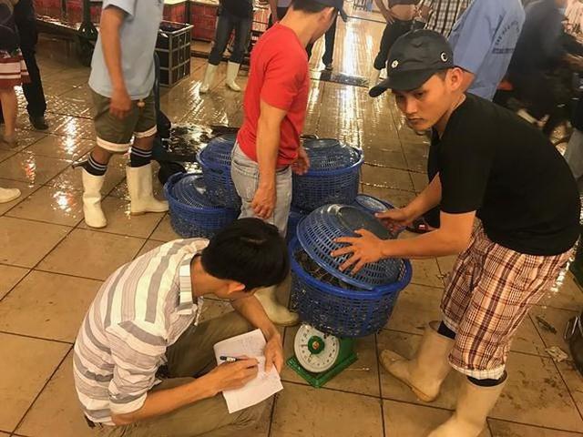 Nhộn nhịp chợ cá lóc trước ngày vía Thần tài   - Ảnh 9.