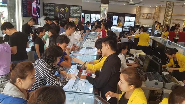 Nhiều người xếp hàng từ 5h sáng để mua vàng, các cửa hàng chật ních người mua - Ảnh 9.