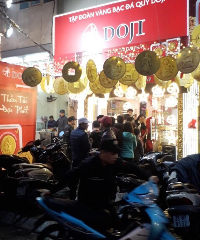 Nhiều người xếp hàng từ 5h sáng để mua vàng, các cửa hàng chật ních người mua - Ảnh 1.