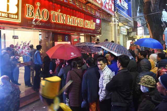 Nhiều người xếp hàng từ 5h sáng để mua vàng, các cửa hàng chật ních người mua - Ảnh 4.