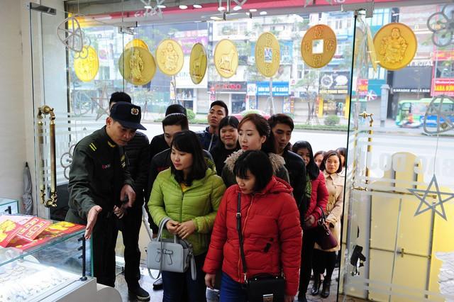 Nhiều người xếp hàng từ 5h sáng để mua vàng, các cửa hàng chật ních người mua - Ảnh 5.