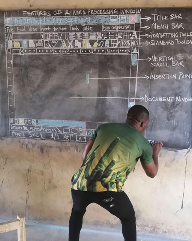 Không có tiền mua máy tính, thầy giáo nghèo vẽ cả màn hình lên bảng để dạy học khiến cư dân mạng xúc động - Ảnh 2.