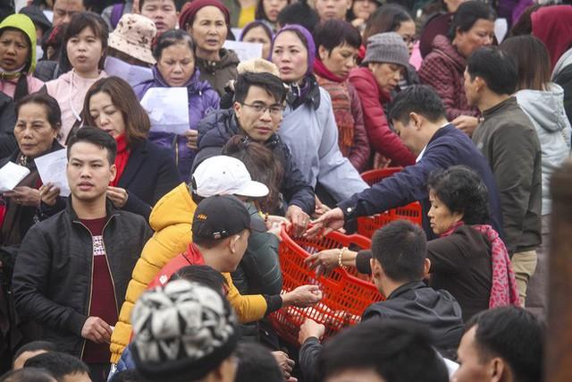 Hàng vạn người chuyền tay nhau phóng sinh gần 5 tấn cá xuống sông Hồng - Ảnh 2.
