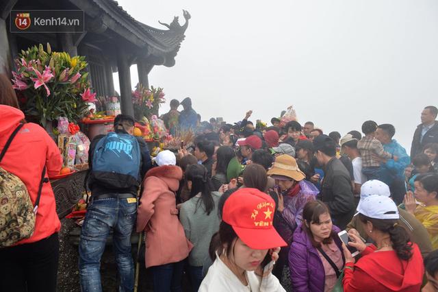 Du khách chen nhau mài tiền, gài tiền ở chùa, Ban quản lý cử hơn 10 người nhắc nhở - Ảnh 1.