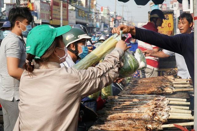Người dân Sài Gòn đổ xô đi mua hàng nghìn con cá lóc nướng cúng vía Thần Tài - Ảnh 12.