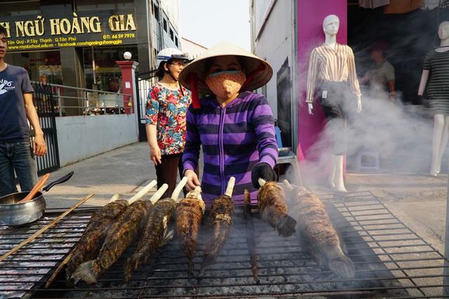 Người dân Sài Gòn đổ xô đi mua hàng nghìn con cá lóc nướng cúng vía Thần Tài - Ảnh 4.