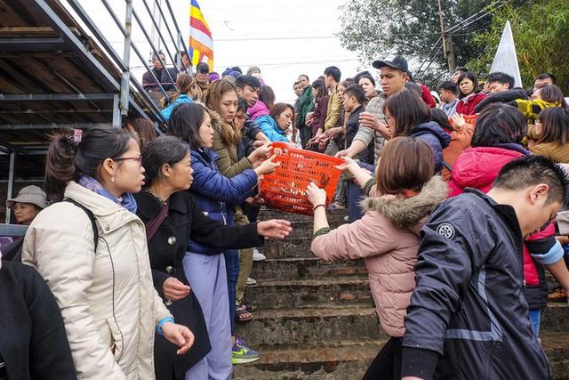 Hàng vạn người chuyền tay nhau phóng sinh gần 5 tấn cá xuống sông Hồng - Ảnh 5.