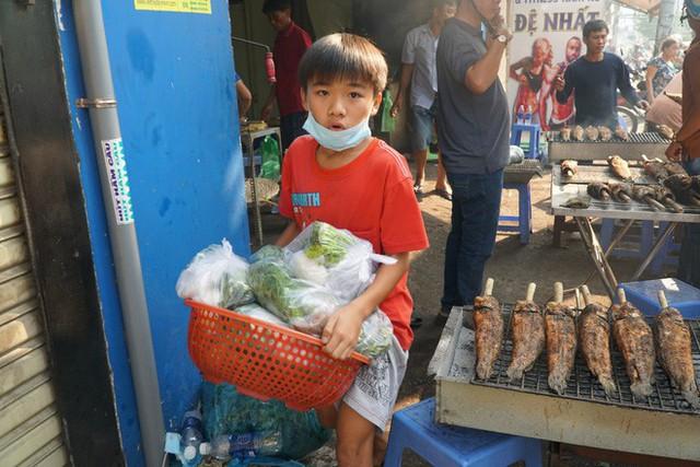 Người dân Sài Gòn đổ xô đi mua hàng nghìn con cá lóc nướng cúng vía Thần Tài - Ảnh 7.