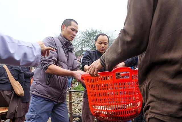 Hàng vạn người chuyền tay nhau phóng sinh gần 5 tấn cá xuống sông Hồng - Ảnh 7.