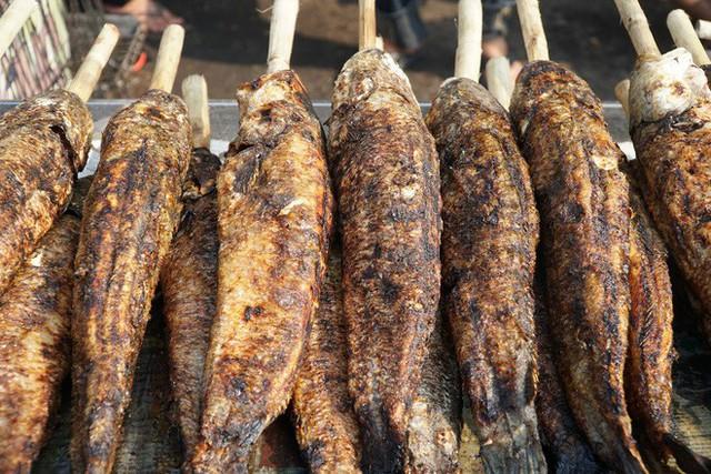 Người dân Sài Gòn đổ xô đi mua hàng nghìn con cá lóc nướng cúng vía Thần Tài - Ảnh 9.