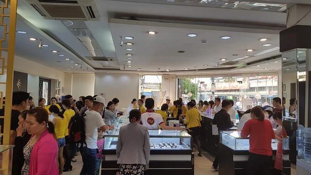 Nhiều người xếp hàng từ 5h sáng để mua vàng, các cửa hàng chật ních người mua - Ảnh 10.