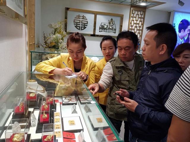 Nhiều người xếp hàng từ 5h sáng để mua vàng, các cửa hàng chật ních người mua - Ảnh 11.