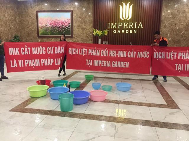 Bị chủ đầu tư cắt nước đúng mùng 10 tết, cư dân Imperia Garden có xô chậu xuống sảnh sinh hoạt cá nhân - Ảnh 7.