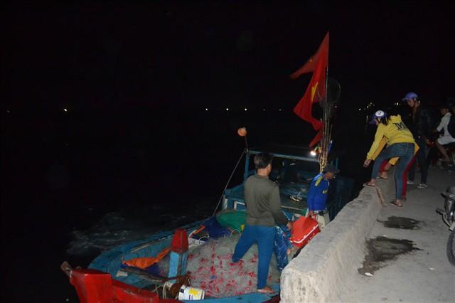 Ngư dân Lý Sơn săn cá đêm kiếm tiền triệu - Ảnh 1.