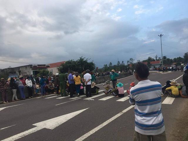 Hàng chục người dân dàn hàng ngang giữa Quốc lộ 1A để phản ứng dự án chế biến thủy sản - Ảnh 1.
