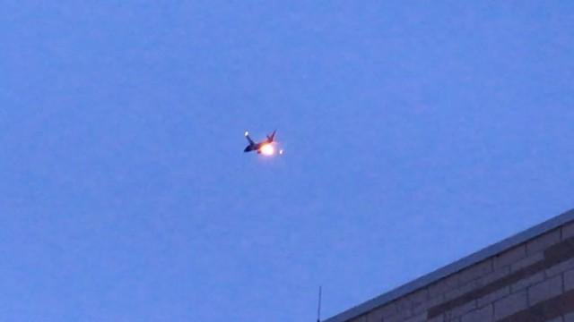 Máy bay Boeing Mỹ chở 120 khách cháy nổ bùng bùng trên không - Ảnh 1.