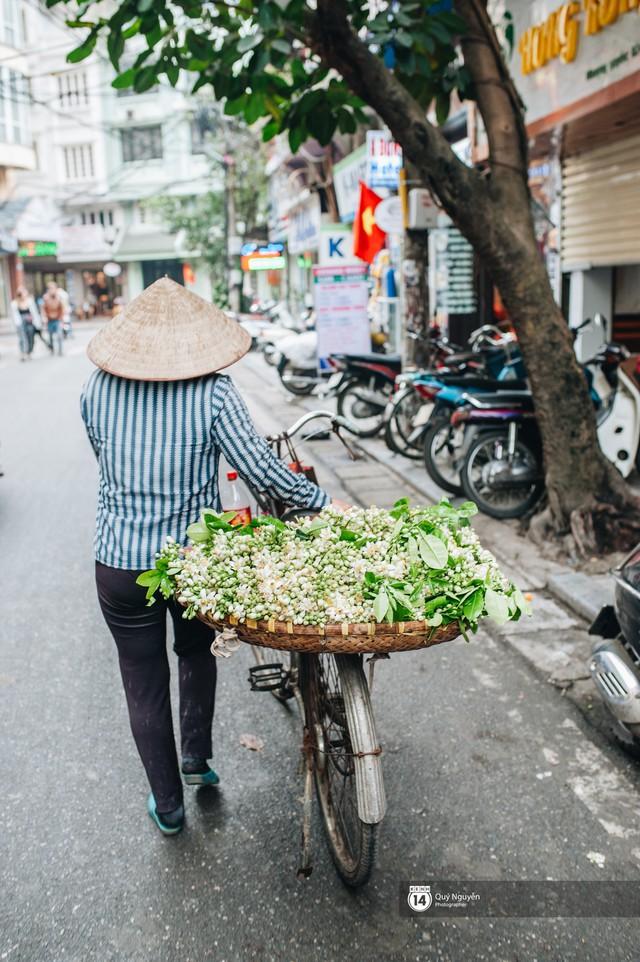Giữa tiết trời nồm ẩm đầu xuân, có một Hà Nội nên thơ và dịu dàng hương hoa bưởi - Ảnh 2.