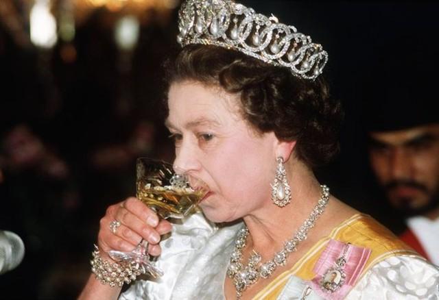 Đầu bếp Hoàng gia Anh tiết lộ chế độ ăn của Nữ hoàng Elizabeth để có cơ thể khỏe mạnh - Ảnh 3.