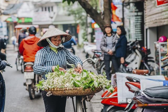 Giữa tiết trời nồm ẩm đầu xuân, có một Hà Nội nên thơ và dịu dàng hương hoa bưởi - Ảnh 6.