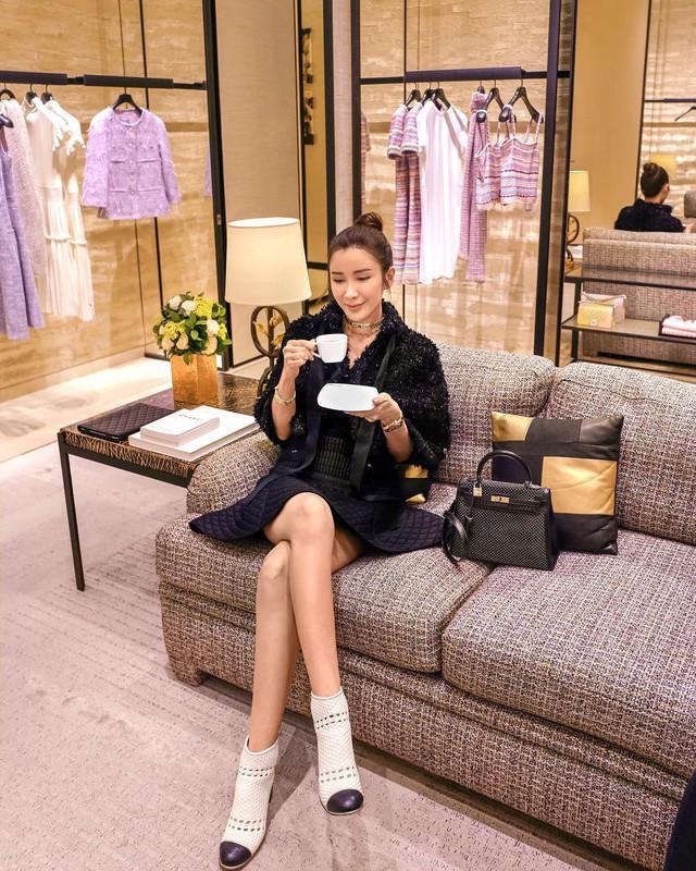 Căn phòng để đồ rộng bằng căn hộ với khóa vân tay, chứa 200 túi Hermes, 300 đôi giày và núi đồ hiệu xa xỉ của bà hoàng thời trang Singapore - Ảnh 1.