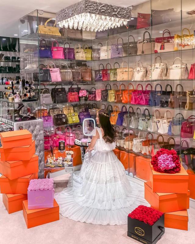 Căn phòng để đồ rộng bằng căn hộ với khóa vân tay, chứa 200 túi Hermes, 300 đôi giày và núi đồ hiệu xa xỉ của bà hoàng thời trang Singapore - Ảnh 2.