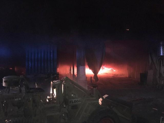 Lửa thiêu rụi 3 công ty trong đêm, một người leo lên mái nhà chữa cháy bị thương nặng - Ảnh 1.