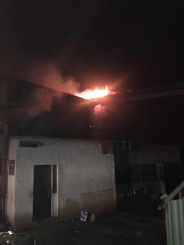 Lửa thiêu rụi 3 công ty trong đêm, một người leo lên mái nhà chữa cháy bị thương nặng - Ảnh 2.