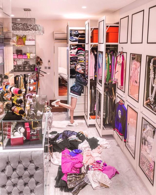 Căn phòng để đồ rộng bằng căn hộ với khóa vân tay, chứa 200 túi Hermes, 300 đôi giày và núi đồ hiệu xa xỉ của bà hoàng thời trang Singapore - Ảnh 4.