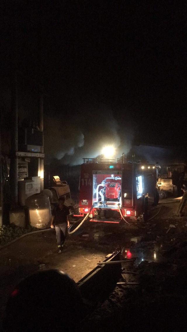 Lửa thiêu rụi 3 công ty trong đêm, một người leo lên mái nhà chữa cháy bị thương nặng - Ảnh 3.
