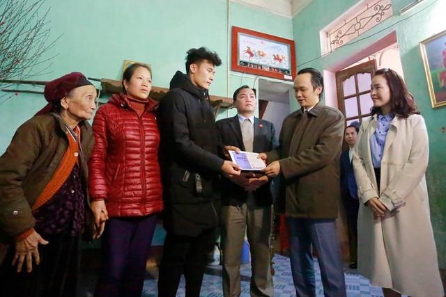 Nói là làm: Tỷ phú Trịnh Văn Quyết tới nhà, trao tận tay tiền thưởng 500 triệu đồng cho Bùi Tiến Dũng - Ảnh 1.