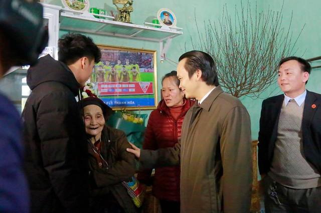 Nói là làm: Tỷ phú Trịnh Văn Quyết tới nhà, trao tận tay tiền thưởng 500 triệu đồng cho Bùi Tiến Dũng - Ảnh 2.