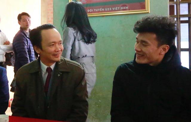 Nói là làm: Tỷ phú Trịnh Văn Quyết tới nhà, trao tận tay tiền thưởng 500 triệu đồng cho Bùi Tiến Dũng - Ảnh 3.