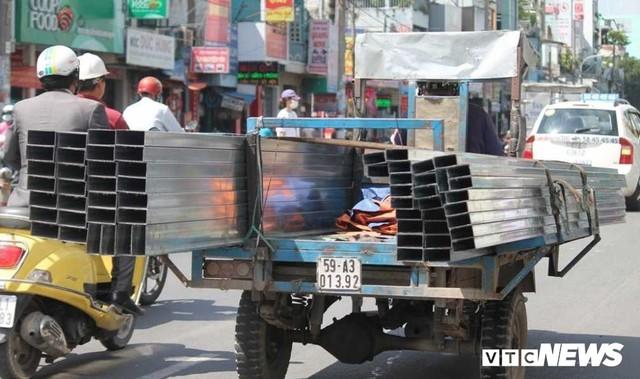 Ảnh: Xe máy chém lộng hành khắp phố Sài Gòn dịp cận Tết - Ảnh 2.