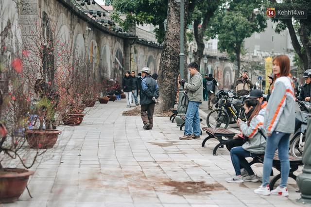 Phố bích họa Phùng Hưng hồi sinh, trở thành phố đi bộ kết nối với không gian chợ Đồng Xuân - Ảnh 3.