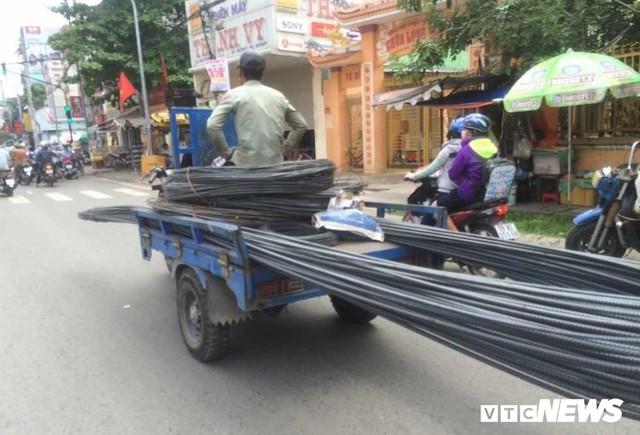 Ảnh: Xe máy chém lộng hành khắp phố Sài Gòn dịp cận Tết - Ảnh 4.