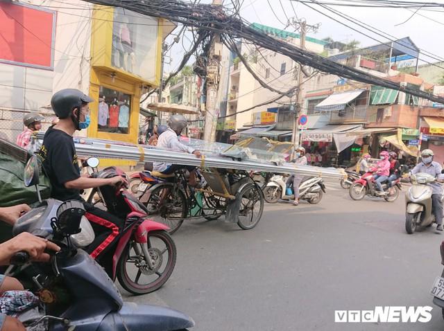 Ảnh: Xe máy chém lộng hành khắp phố Sài Gòn dịp cận Tết - Ảnh 6.
