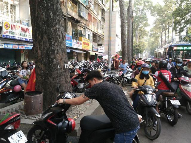 Giao lưu với U23 Việt Nam, CĐV bị bãi xe chặt chém 50.000 đồng/chiếc - Ảnh 1.