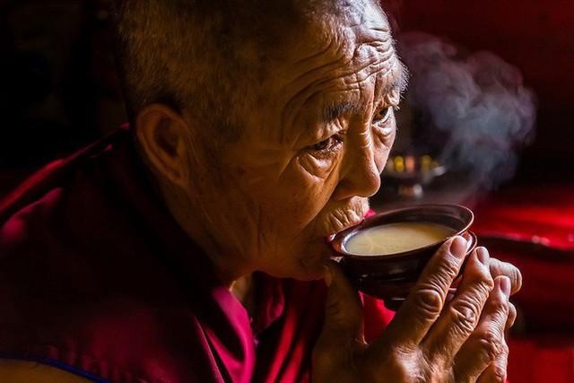 Trà bơ - thức uống phải đi gần 4.000 km mới đến nơi, giúp người Tây Tạng tồn tại hàng ngàn năm giữa cao nguyên lạnh giá - Ảnh 2.