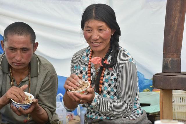 Trà bơ - thức uống phải đi gần 4.000 km mới đến nơi, giúp người Tây Tạng tồn tại hàng ngàn năm giữa cao nguyên lạnh giá - Ảnh 7.