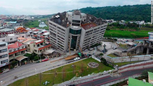 Hình ảnh kinh hoàng về tòa chung cư bị quật ngã vì động đất ở Đài Loan, nơi hàng chục người mắc kẹt - Ảnh 3.