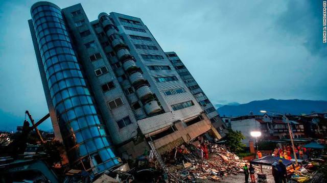 Hình ảnh kinh hoàng về tòa chung cư bị quật ngã vì động đất ở Đài Loan, nơi hàng chục người mắc kẹt - Ảnh 4.