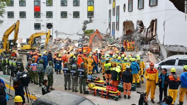 Hình ảnh kinh hoàng về tòa chung cư bị quật ngã vì động đất ở Đài Loan, nơi hàng chục người mắc kẹt - Ảnh 6.