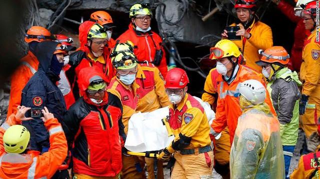 Hình ảnh kinh hoàng về tòa chung cư bị quật ngã vì động đất ở Đài Loan, nơi hàng chục người mắc kẹt - Ảnh 7.