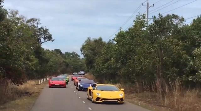 Clip: Dàn siêu xe đẳng cấp nối đuôi nhau chạy trên đường phố Việt Nam khiến nhiều người cứ ngỡ đang ở Dubai - Ảnh 2.